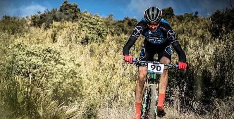 Ciclista con manillar de carbono mtb Darimo.