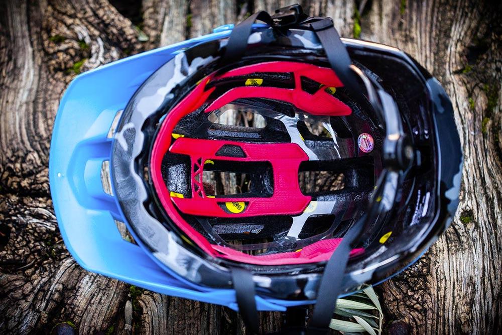 Interior de un casco mips